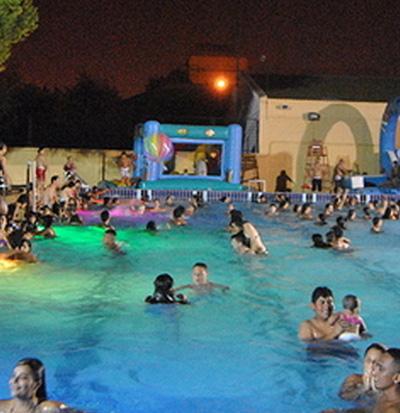 piscina nocturna en el parque del oeste en valencia las